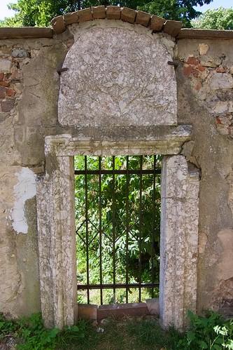 Portal z herbem Nałęcz prowadzący do zamku z terenów kościoła Wniebowzięcia NMP i św. Stanisława BM w Bodzentynie