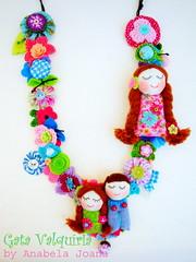 Amores (Gata Valquria) Tags: flores azul cat cores necklace bonecas crochet flor felt feltro boneca collar colar fios colares necklaces feltros fuxicos gatavalquiria abbrinhas