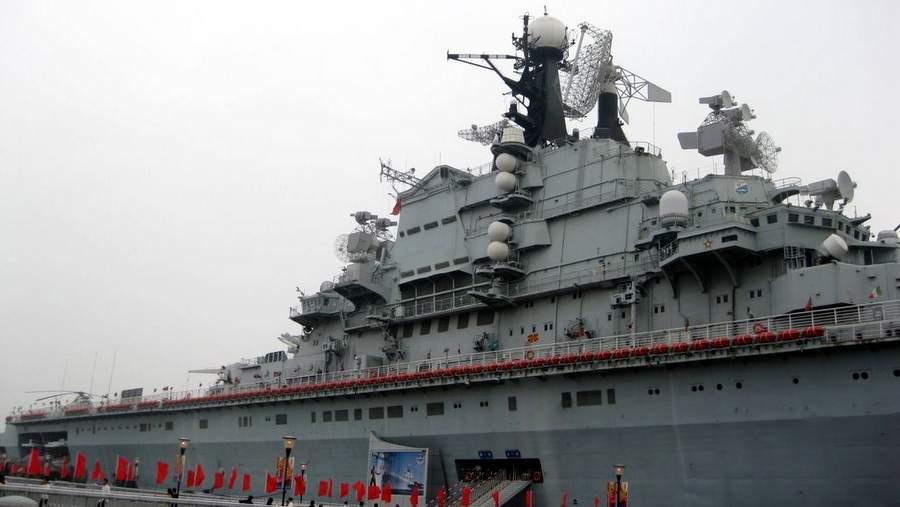 Авианосец «Киев» у причала в Тяньцзине