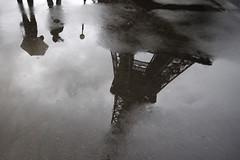 Отражение Эйфелевой башни в луже в дождливый осенний день, 2011 год.