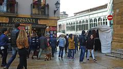 040 (Jusotil_1943) Tags: people escenas urbanas perro toldo comercio artesania señales trafico