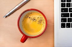 Schreibwerkzeug (byteorder) Tags: food apple cup tasse coffee animal pen computer notebook mammal keyboard feeding laptop object kultur tastatur culture kaffee technics technik mug fountainpen environment write tier schreiben umwelt getrnk lebensmittel objekt sugetier ernhrung fller macbook fllfederhalter