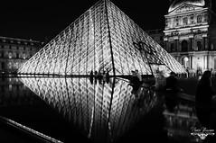 Parigi 2013 : la piramide del Louvre riflessa (PhotoMaximo) Tags: paris louvre parigi piramide pyramidlouvre wwwphotomaximoit photomaximo