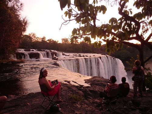 Zambia. Catarata Lumangwe. Inés me sonríe mientras esperamos la puesta de sol