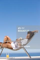 sedia da giardino (quintaagrafico) Tags: donna lusso giovaneadulto unapersona trequarti composizioneverticale rivoltoversolobiettivo ambientazionetranquila