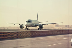 Avin (Juanedc) Tags: africa building plane airplane airport arab arabe airbus avion doha qatar catar dohainternationalairport