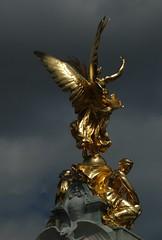 DSC_3730 (FrotasticPhotos) Tags: london statue d70 nikond70 buckinghampalace
