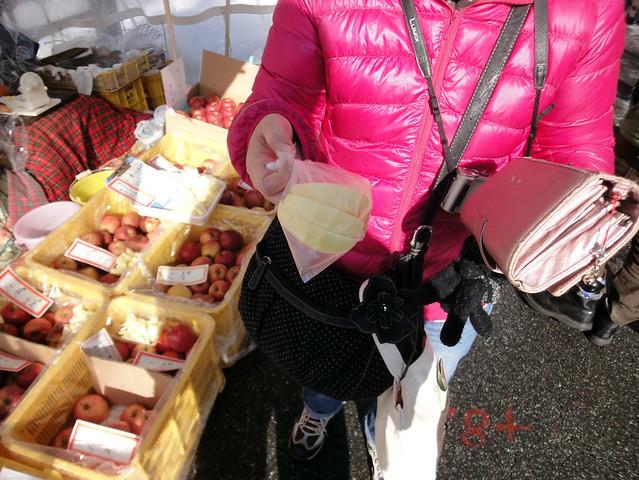 宮川朝市で食べ歩き用のりんごを買いました|宮川朝市