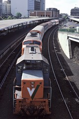 Vinelander at Spencer Street (Alan Greenhill) Tags: trains victoria australia victorianrailways vr vicrail vline 1984 december1984 spencerstreetstation t360 tclass aclass vinelander vr057