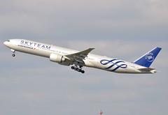 F-GZNT (Patrick BERNARDI) Tags: cdg parisairport roissy lfpg avion jet plane airplanes flugzeug airport aeroport flughafen avgeek aviation airfan b777 b773 b77w b777300 boeing skyteam airfrance fgznt