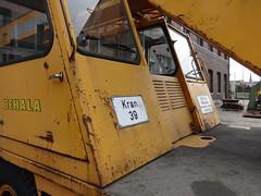 1996 Mobilkran V73 von DEMAG bei BEHALA Kran-Nr. 39 Westhafenstraße in 13353 Berlin-Moabit (Bergfels) Tags: technischesdenkmal bergfels youngtimer maschine grosemaschine kran mobilkran fahrzeug autokran adk 1996 1990er 1980er 20jh brd v73 demag behala westhafenstrase westhafen 13353 berlin moabit leistung ps kw radformel 4x2x2 4x2 masse geschwindigkeit steigfähigkeit produktionszeitraum 19861996 beschriftet