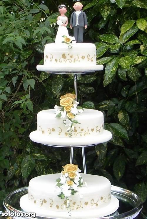 Bolo de casamento com noivinhos no topo