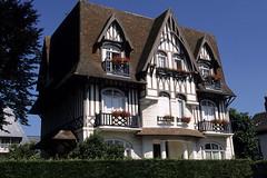 Deauville, villa ancienne (Ytierny) Tags: france horizontal architecture villa normandie tradition habitat maison calvados manoir colombage deauville basse edifice rsidence pandebois ytierny