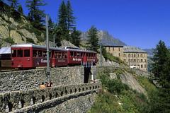 Chamonix-Mont-Blanc, train du Montenvers (Ytierny) Tags: france horizontal train montagne rouge transport chamonix arbre montblanc excursion alpinisme merdeglace massif htel randonne hautesavoie touriste aiguille rouges chemindefer montenvers alpesdunord ytierny