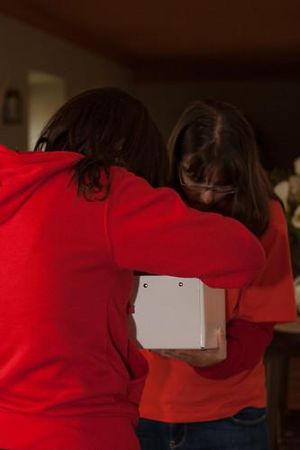 Llari y Bego preñando materiales para los grupos