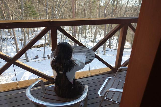 清里清泉寮のテラスで勉強する娘