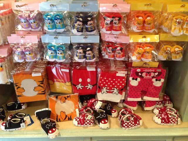 こんなカワイイ靴下や腹巻きが売ってますー!!スタイ等の小物。|東京ディズニーランド