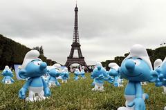 Фигурки смурфиков на площади перед Эйфелевой башней во Всемирный день смурфиков, приуроченный ко дню рождения их создателя — бельгийского художника Пьера Кюллифора, 2011 год.