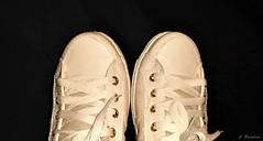 Esperar sem esperar. (Carolina Bussolaro) Tags: shoes preto creme tennis ps flick fundo bege sapatos tnis