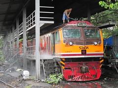 GE 4557 being cleaned at Bang Sue (Barang Shkoot) Tags: electric asian thailand asia general diesel rail railway loco locomotive ge gauge narrow washing srt metre 4557 rsr bangsue rotfai