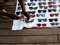 Top Gafas - Top glasses (icruz.fphotography) Tags: world barcelona road city people colour verde walking photography glasses photo foto earth watching bcn streetphotography caminos moment mundo 25mm streetshot fotografa fotocallejera streetcapture fotografaurbana