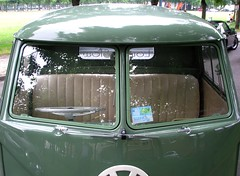 VW pick up - Détail pare brise et essuie glaces (gueguette80 ... Définitivement non voyant) Tags: old green cars up vw volkswagen us juin vert german autos pick amiens anciennes 2013 allemandes lahotoie