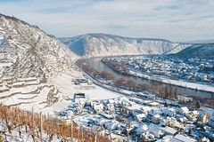 Blick auf Dieblich im winterlichen Moseltal (rheinland-pfalz) Tags: schnee winter urlaub freizeit wandern mosel rheinlandpfalz weinberge dieblich vision:mountain=0807 vision:outdoor=099 vision:sky=0636 vision:ocean=0653 vision:clouds=0543 gastlandschaft
