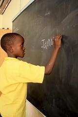 Baraka leert de maanden van het jaar schrijven
