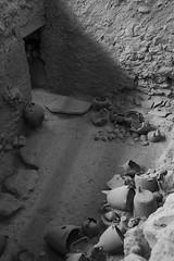 Akrotiri (guillenperez) Tags: grecia greece cyclades cicladas thira thera fira santorini akrotiri acrotiri ruins ruinas archaeological site sitio arqueologico blanco negro black white pots pottery vasija ceramic ceramica