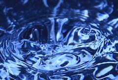 IMG_3746c (mmoonnttyymmaann) Tags: blue fun drops splash waterdrops