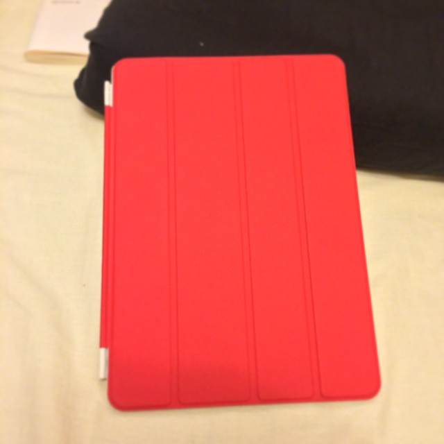 Amazonで買った、iPad Airのカバー。いい赤。 http://www.amazon.co.jp/dp/B00GN2KPS6/ref=cm_sw_r_tw_awd_MmkOsb1YSABF8