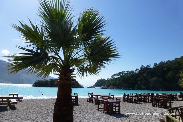 Mesitas en la playa en Oludeniz. Purito caribe...