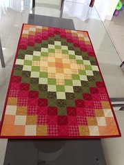 """Centro de Mesa """"quadradinhos coloridos""""! (midoridebora) Tags: quilt patchwork mesa trilho centrodemesa"""