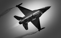 Belgian Air Component Display F-16A MLU FA-84 - RIAT 2013 (njjarvis) Tags: plane canon airplane display bigma aeroplane airshow aerobatic bac vapourtrail fairford riat royalinternationalairtattoo generaldynamics fighterjet f16a airtattoo mlu 2013 60d belgianaircomponent egva 350squadron fa84 sigma50500mmf4563apodgoshsm composanteairbelge