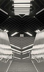 Splitting (Markus Pier ( MaPi )) Tags: db treppe ubahn monochrom schwarzweiss bahn rolltreppe ansicht
