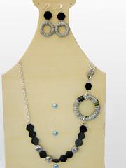 collana e orecchini_riciclo_carta e pietre_black&white_1