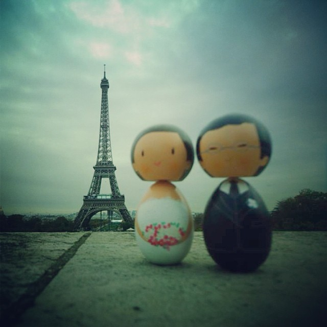 Noivinhos em Lua de Mel - Haira e Alex - topo de bolo by nandateixeira.com #topodebolo #noivinhos #noivinhosdemadeira #nandarte #vintage #noivinhosluademel #paris #noivinhojapinha #noivinhosolhospontinhos