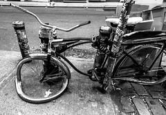 La Persistencia de la Bici (lothar1908) Tags: street camera bw usa newyork bike america canon strada pov manhattan soho bn ciclismo bici 20mm electronic grandangolo biancoenero città bicicletta esterno ferro contrasto marciapiede dalì selciato puntodivista 5dmarkiii