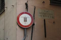 proíbido levantar vôo a bracejar (LetsLetsLets) Tags: italia março 2017 genova streetart artederua sinalização automóvel proíbido vietato forbidden