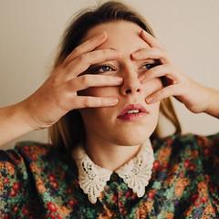 Les doigts (vin-gm) Tags: vingm visage regard portrait femme féminin fashion woman doigts
