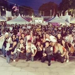 XIS ถ่ายรูปเพื่อเป็นการขอบคุณแฟนเพลงชาวญี่ปุ่นที่มาชมคอนเสิร์ต งานไทยเฟสติวัล เมืองนาโกย่า ขอบคุณภาพจาก @jochalermsak