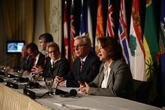 Premier/première ministre Redford speaks to media/parle aux médias