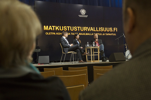 Rauli Virtanen keskustelemassa matkustusturvallisuudesta
