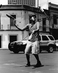 Malabares (Zeltzin Huicochea) Tags: malabar malabarismo teatro callejero arte urbano calle semaforo bn bw circo