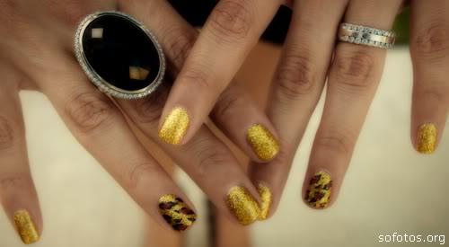 unhas douradas decoradas