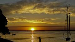 E ele se vai...  //  Going away...  //  Y l se va... (Parchen) Tags: pordosol luz sol argentina rio gua cores momento nuvens beleza corrientes reflexos ocaso mgico belo entardecer poente descendo pasodelapatria rioparan momentomgico astrorei parchen carlosparchen