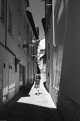 Unsere Straen - Our Streets (JSasarman) Tags: street italien bw italy fuji menschen stadt sw fujifilm marche marken tolentino x100 2320 stadtraum urbanerraum frankreichviii fujinonsuperebcf23mm12aspherical unserestrasen