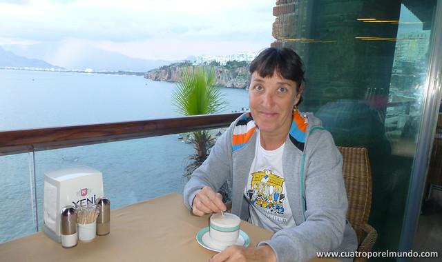 Cafecito en una terraza con vistas