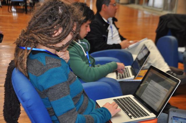 Cada participante hace uso de sus herramientas tecnológicas.