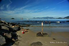 Enquanto a onda no vem - Canal dos molhes da Lagoa de Itaipu - Niteri / RJ (Hilton Lebarbenchon) Tags: gua riodejaneiro mar rj cu nuvens niteri itaipu copyrighted lagoadeitaipu hiltonlebarbenchon
